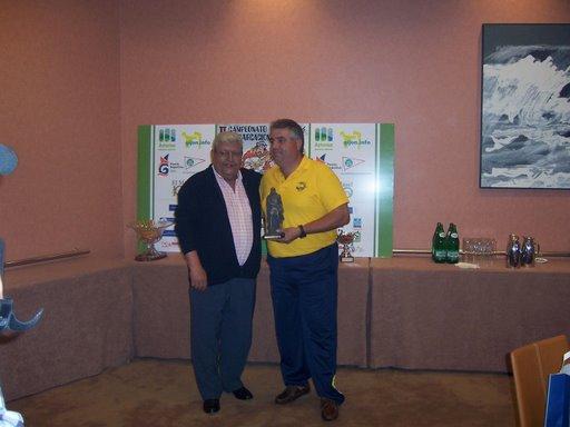 Juan Lorenzo Sepúlveda, recibe del presidente de la Federación Asturiana el troféo a la pieza mayor del campeonato.