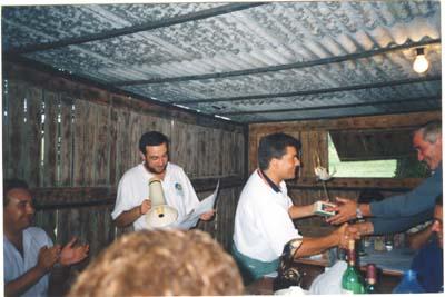 Arcadio Aguirre, entrega el troféo de campeón de Asturias de Embarcación Fondeada  a Joaquin Pérez Villamil, de la Sección de Pesca del Club de Mar. Año 1992