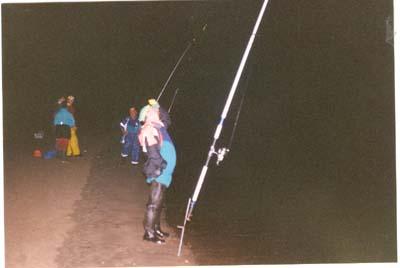 """II Concurso de pesca nocturna """"Playa de Poniente"""",Gijón,1996.En la foto Pepe y al fondo caminando Angel."""