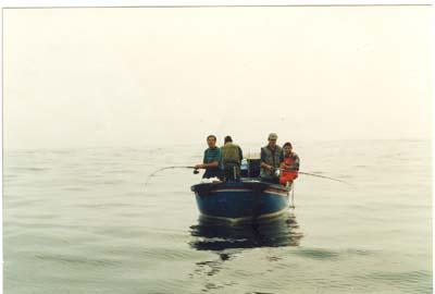 """Suso, pescando en el II troféo de pesca desde embarcación,""""Villa de Villaviciosa"""",1997."""