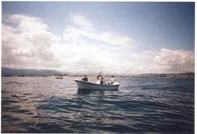 """Angel, campeón del """"Villa de Castropol"""" 1998, pescando en el centro de la lancha."""