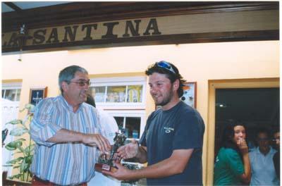 """Corte,entrega a un componente del equipo de Cantábria su troféo, en el """"Villa de Castropol"""" 2005."""