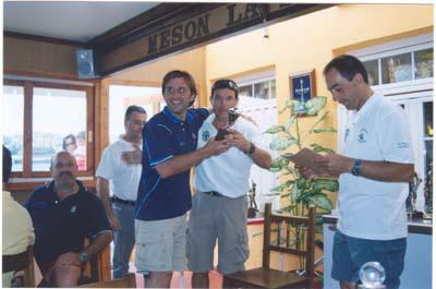 """Suso,con  un pescador Cántabro en el """"Villa de Castropol"""" 2005."""