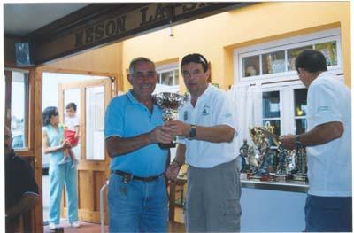 """Pepe, del Club Náutico de Ribadeo, recogiendo su troféo en el """"Villa de Castropol"""" 2005."""