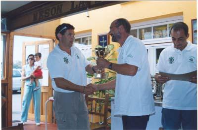 """""""Villa de Castropol""""  2005.Cesar Cotarelo de la Sección de Pesca,recoge su troféo."""
