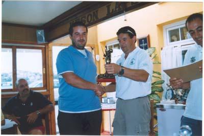 Jose, que pesco con el Náutico de Ribadeo,recoje su troféo. Villa 2005.