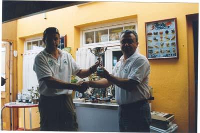 """Suso, recibe su troféo de manos de Jose Mari. """"Villa"""" 2005."""