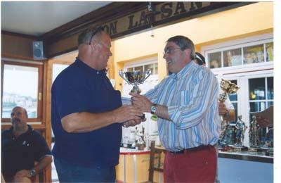 Juan José Corte, hace entrega a Salvador,del equipo de Torrevieja  de su troféo.