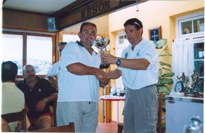 Suso, hace entrega a José Francisco Paredes,del equipo de Torrevieja ,del troféo que les acreditaba como terceros, en la clasificación final por equipos ,del troféo \