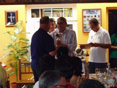 """Salvador Vidal,(izquierda),del Club Nautico de Torrevieja, recojiendo un troféo en el """"Villa de Castropol""""."""