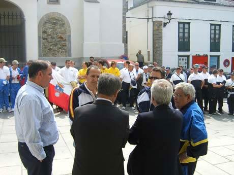 Autoridades y participantes en la Plaza del Ayuntamiento.