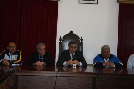El Alcalde de Castropol José Angel Pérez da la bienvenida a los participantes del campeonato.