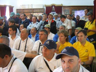 Pescadores de los diferentes clubs durante la recepción en el salón del Ayuntamiento.