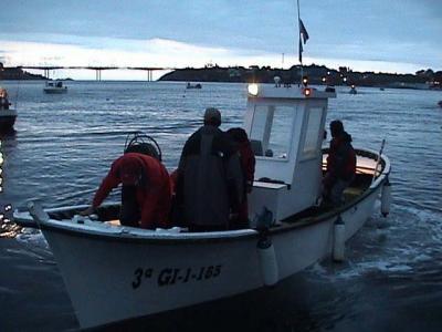 Una de las embarcaciones participantes en el campeonato,saliendo de madrugada hacia la zona de pesca.
