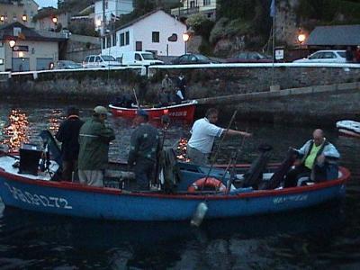 Embarcaciones preparandose en el muelle de Castropol,para dirigirse al pesquero.