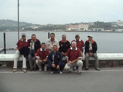 Dos de los equipos representantes de las Islas Canarias, el Club Mar Adentro y el Club Maritimo, con el Presidente de la Federación Canaria,agachado en el centro de azul, Juan Ledesma.