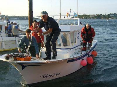 Pepe Tobalina, patrón de una de las embarcaciones, atracando al pantalán de Castropol.
