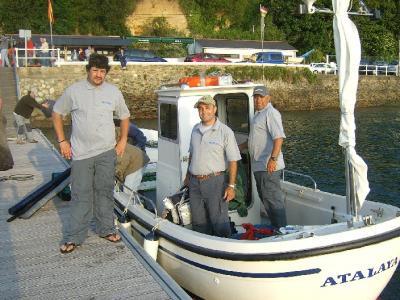 El equipo Canario ATAKAITE, en el pantalán de Castropol.