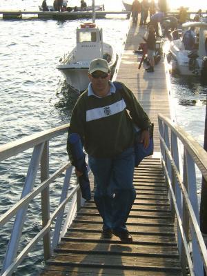 Suso, del Culub de Mar de Castropol subiendo por el pantalán, despues de una de las mangas.