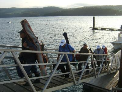 Pescadores de distintos Clubes subiendo por el pantalán despues de una de las mangas.