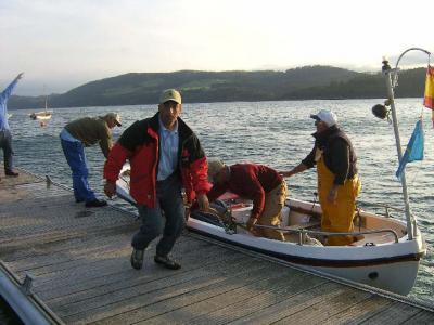 Otra imagen del equipo del Club de Mar, con Javi Seijo en primer termino, desembarcando en el pantalán.