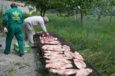Sergio, preparando el churrasco de la espicha de vienvenida a los participantes y acompañantes.