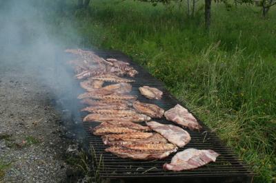 Otor momento de la preparación del churrasco.