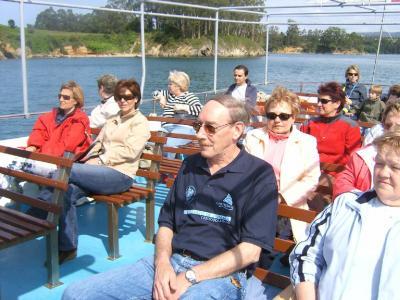 Acompañantes de los participantes durante una visita en barco por la Ria del Eo.