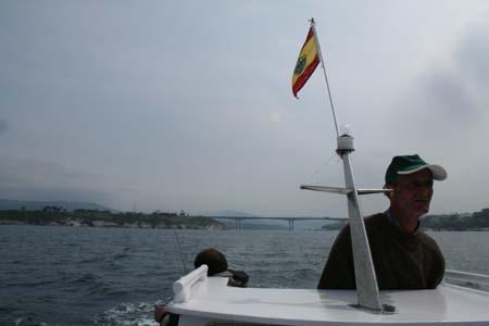 """Candido, patrón de la  """"YEYO """",saliendo hacia la zona de pesca"""
