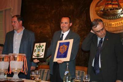 El presidente de la Federación Española, recibe de manos de D.Jose Angel Pérez y de D. Alvaro Platero, los escudos del Ayto. y del Club de Mar de Castropol.