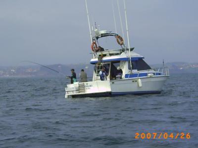 Javier Seijo, con el gorro blanco,pescando en la embarcación CAMBARO,en la primera manga del concurso.