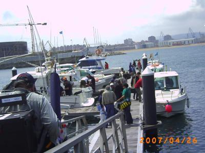 Pescadores esperando en el puerto deportivo de Gijón, para el embarque de una de las mangas.
