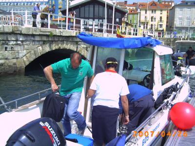 Moncho preparando para la salida hacia la zona de pesca.