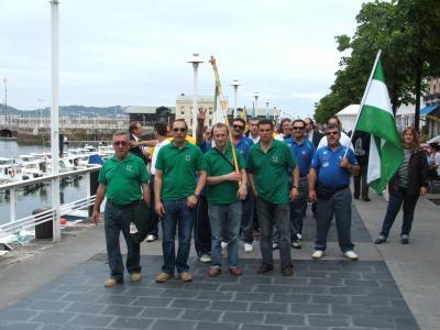 Un momento del desfile de banderas de las diferentes comunidades.