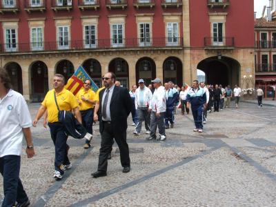 Equipos entrando en la plaza del Ayuntamiento de Gijón.