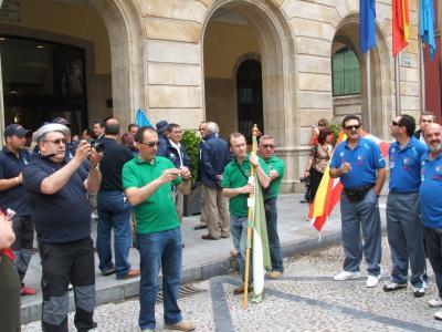 Javi, Roberto ( con la bandera del Club ) y Angel,en la puerta del Ayuntamiento de Gijón.