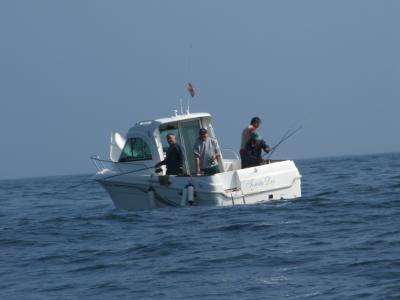 La embarcación Toñita II, con su patrón Pepe Gutiérrez en acción de pesca.