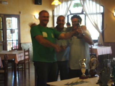 Moncho, Javi y Suso,equipo  A de la Sección de Pesca recojen su troféo.