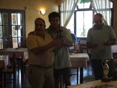 El delegado de HUNOSA recojiendo su troféo.