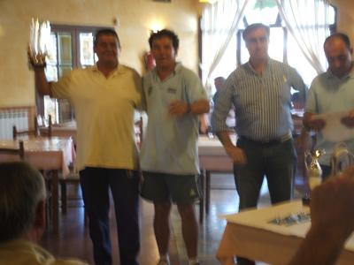 Un representante del equipo Náutico de Torrevieja recoje su troféo.