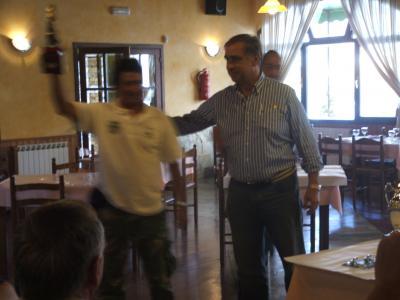 Ceso Magallaes(Castropol B), recoje de manos del Sr. Alcade, el troféo a la pieza mayor del concurso.