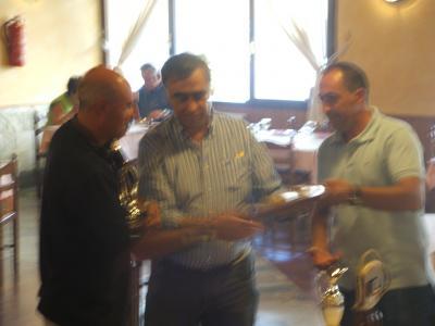 Jose Angel Pérez alcálde de Castropol hace entrega  a José Prieto del Club Mar de Mares de los troféos que los acreditan como campeones del XIII trofeo de pesca VILLA DE CASTROPOL.