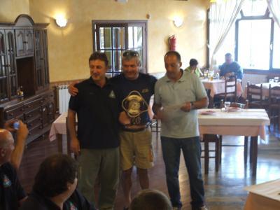 El Balear Juanico, actual Campeón de España desde embarcación fondeada,entrega un troféo a un componente del Club Mar de Mares.