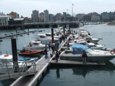 Una instantánea de los pantalanes de embarque del puerto deportivo de Gijón.