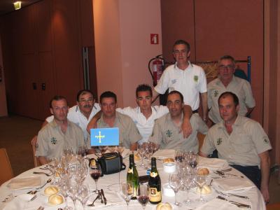 Los componentes de la Sección de Pesca del Club de Mar de Castropol, con los componentes del Club Elite de Oviedo durante la cena de gala del campeonato.