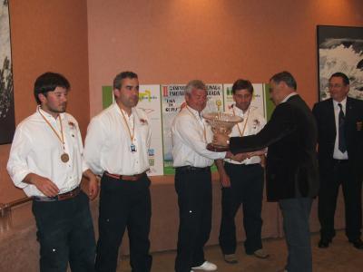 El Alcalde de Castropol José Angel Pérez, hace entrega del troféo al equipo segundo clasificado, el Club Bajamar de Cantábria.