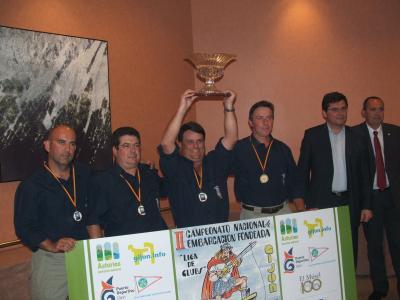 El Presidente de la Federación Española de Pesca y el Concejal de deportes del Ayuntamiento de gijón, hacen entrega del troféo al equipo campeón de España del año 2007, el Club de pescadores Deportivos de Valencia.