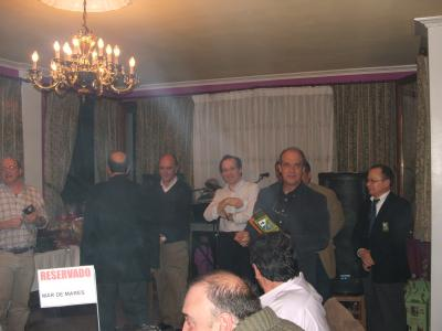 Fernando Ferrao del Club de Mar de Castropol, recoje el troféo como campeones de Asturias por equipos de Mosca Seca 2007