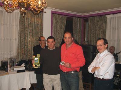 Terceros por equipos .Campeonato de Asturias de embarcación 2007.Moncho y Suso recojen el troféo.