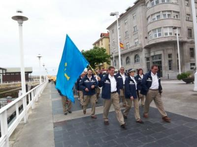 Desfile de banderas de los equipos participantes.